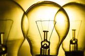 Rad av lampor på en ljus gul bakgrund — Stockfoto
