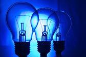 строка лампы на ярко-синем фоне — Стоковое фото
