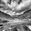 River landscape in drakensberg with dramatic clouds and mountain — Foto Stock