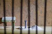Концептуальная тюрьмы фото с железа ногтей побега за из focu — Стоковое фото