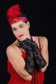 Giovane bella bruna in stile 1920 abito rosso vestito e un fe — Foto Stock