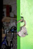 Oude ontgrendeld hangslot op de deur — Stockfoto
