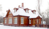 Wooden house in winter — Stockfoto