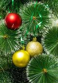 圣诞树用金色和红色的球 — 图库照片