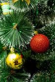 Vánoční strom s zlaté a červené koule — Stock fotografie