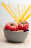 Świeży pomidor i spaghetti makarony — Zdjęcie stockowe