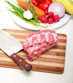 разделочные свежие свиные ребра и овощи — Стоковое фото
