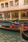 威尼斯意大利吊船在运河上 — 图库照片
