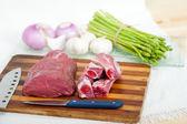 Ruwe rundvlees en varkensribbetjes — Stockfoto