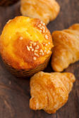 Fresh baked muffin and croissant mignon — Stock Photo
