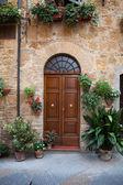 Houten residentiële deuropening in toscane. italië — Stockfoto