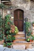 Fleurs en pots sur la maison médiévale de marches en pierre à assise, — Photo