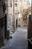 Medieval street in the Italian hill town of Assisi — Stock Photo