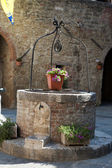 El pozo pedregoso en asciano, Toscana — Foto de Stock