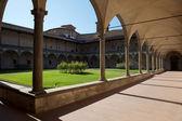 大聖堂の内部の中庭イタリア、フィレンツェのサンタ クローチェ. — ストック写真