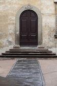 Schody a dveře do starého domu v toskánsku — Stock fotografie