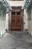 Puerta de madera residencial en toscana. italia — Foto de Stock
