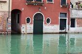 古代の建物とヴェネツィアの狭い運河の眺め — ストック写真