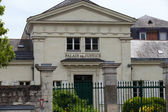SAUMUR, FRANCE - JUNE 17, 2013: The facade of the courthouse in Saumur — Foto de Stock