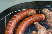 Barbecue s lahodná grilovaná masa na grilu — Stock fotografie