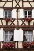 Roubené domy v obci eguisheim v alsasku, francie — Stock fotografie