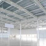 novo armazém vazio moderno. grande armazém vazio luz — Foto Stock