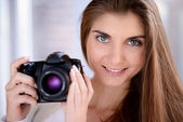 Porträt von schöne lächelnde junge frau, die mit der dslr-kamera — Stockfoto