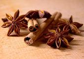 Anis étoilé et les bâtons de cannelle sur table en bois — Photo