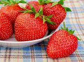 在白板上野餐桌布新鲜草莓 — 图库照片