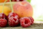 świeże, dojrzałe owoce słodki na drewnianym stole — Zdjęcie stockowe