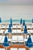 Guarda-sol em uma praia — Foto Stock
