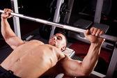 Young bodybuilder traininig — Stock Photo