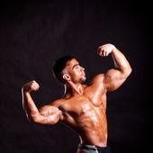 Young bodybuilder posing — Stock Photo