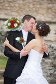 Junge Hochzeitspaar — Stockfoto