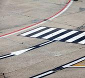 Símbolo del camino en el aeropuerto de pista — Foto de Stock
