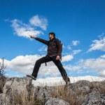 Молодой человек с рюкзаком на горный поход — Стоковое фото