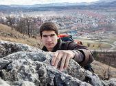 年轻男子攀爬岩石的图片 — 图库照片