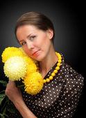 黄色の菊を持つ若い女性の肖像画 — ストック写真