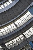 Windows et détails en métal d'un intérieur d'immeuble de bureaux moderne — Photo