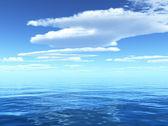 Ciel bleu nuageux partant pour horizon au-dessus d'une surface bleue de la mer — Photo