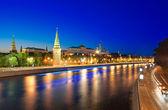 Moskova kremlin ve moskova nehri gece görünümü. — Stok fotoğraf