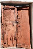 Antigua puerta de madera destartalada. — Foto de Stock