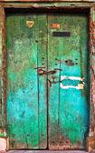 Oude vervallen houten deur. — Stockfoto