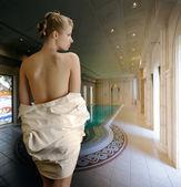 Młode sexy kobieta na kryty basen — Zdjęcie stockowe