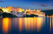 City Palace and Pichola lake at night, Udaipur, Rajasthan, India — Stock Photo