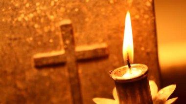 Sainte croix avec bougie — Vidéo