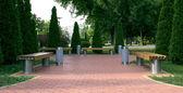 Hermoso parque con bancos, pérgolas y vía — Foto de Stock