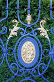 Forged gates with leaves and gilding — Foto de Stock