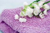 タオル、石鹸、谷のユリのスパ設定 — ストック写真