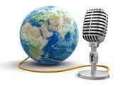 Globe en microfoon — Stockfoto